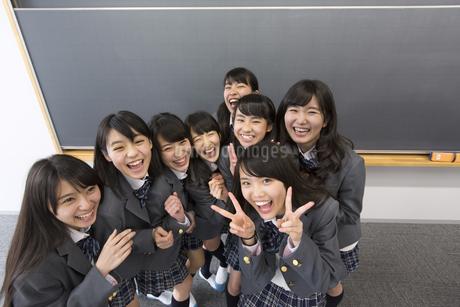 黒板の前でポーズをとる女子高校生たちのポートレートの写真素材 [FYI02972057]