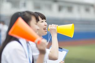 メガホンを持って応援する女子マネージャーたちの写真素材 [FYI02972059]