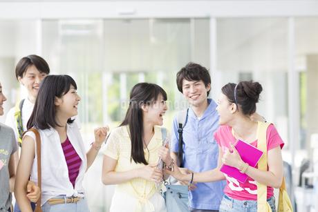 談笑しながら歩く学生たちの写真素材 [FYI02972061]