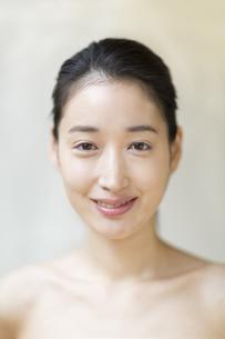 微笑む女性の写真素材 [FYI02972062]