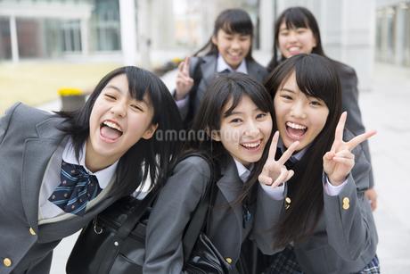 笑顔でポーズをとる女子高校生たちの写真素材 [FYI02972068]