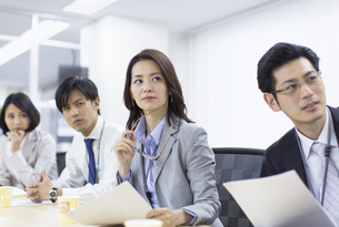 会議で説明を聞くビジネス男女の写真素材 [FYI02972071]