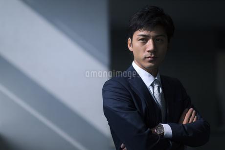 オフィスで腕を組むビジネス男性の写真素材 [FYI02972072]