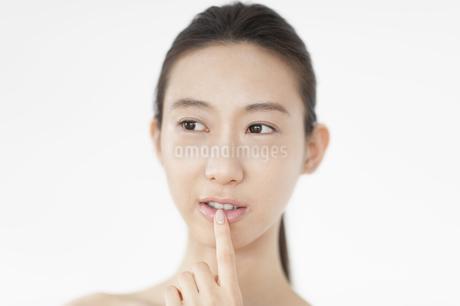 唇に指をあてる女性の写真素材 [FYI02972075]