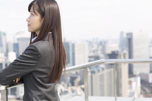 屋上で上を見るビジネス女性の写真素材 [FYI02972081]