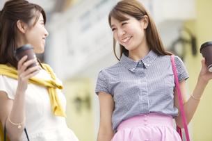 ショッピングを楽しむ2人の女性の写真素材 [FYI02972083]