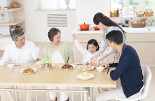 食卓で喜ぶ家族の写真素材 [FYI02972090]