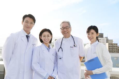 屋上で微笑む医師たちの写真素材 [FYI02972099]