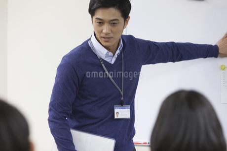 会議で説明するビジネス男性の写真素材 [FYI02972101]
