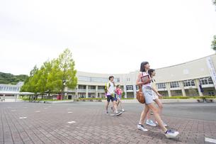 キャンパスを歩く学生たちの写真素材 [FYI02972103]