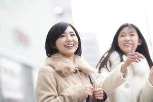 街で買物を楽しむ2人の女性の写真素材 [FYI02972107]
