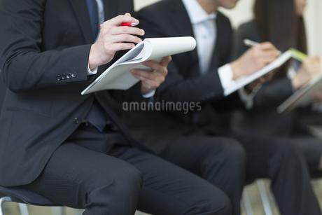 メモをとるビジネス男女の写真素材 [FYI02972113]