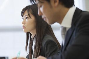 メモをとりながら講義を聴くビジネス男女の写真素材 [FYI02972128]