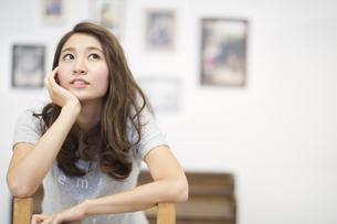 椅子に腰を掛ける女性のポートレートの写真素材 [FYI02972133]