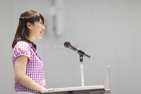 演台で話す女子学生の写真素材 [FYI02972144]