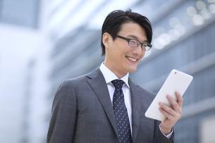 タブレットPCを見るビジネス男性の写真素材 [FYI02972147]