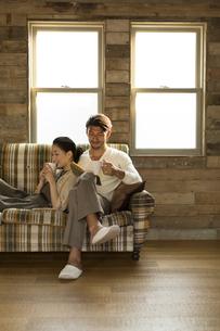 ソファーでくつろぐ男性と女性の写真素材 [FYI02972151]