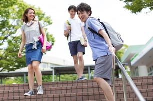 階段を下りながら笑い合う学生たちの写真素材 [FYI02972154]