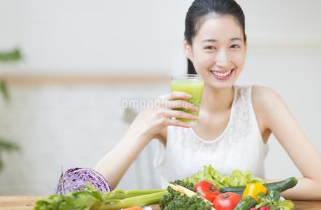 スムージーを手に微笑む女性の写真素材 [FYI02972155]