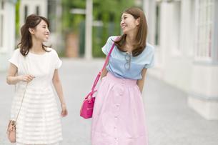 街中で笑い合う2人の女性の写真素材 [FYI02972159]