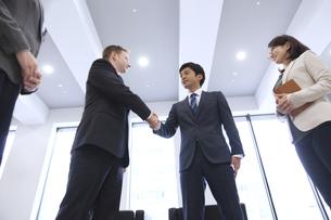 オフィスで握手をするビジネス男性の写真素材 [FYI02972169]
