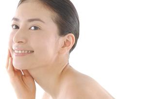 20代日本人女性のフェイスアップビューティーイメージの写真素材 [FYI02972182]