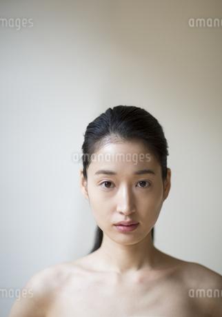 正面を見つめる女性の写真素材 [FYI02972195]