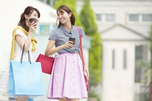 ショッピングを楽しむ2人の女性の写真素材 [FYI02972201]