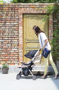 ベビーカーで散歩する親子の写真素材 [FYI02972208]