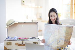 旅行の準備をする微笑む女性の写真素材 [FYI02972210]