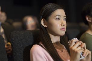 映画館で涙をこぼす女性の写真素材 [FYI02972228]