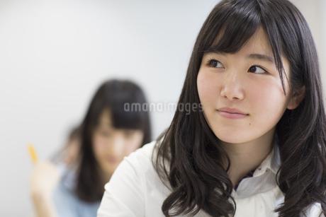 教室で微笑む女子学生の写真素材 [FYI02972260]