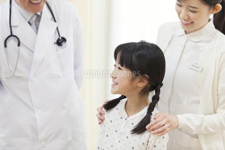 病室で話をする女の子と医師たちの写真素材 [FYI02972266]