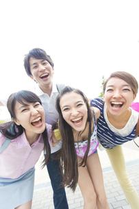 笑顔で顔を寄せる若者たちの写真素材 [FYI02972270]
