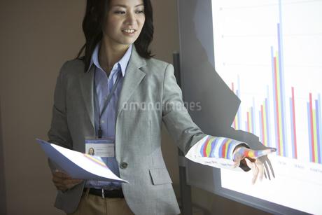会議でグラフの説明をするビジネス女性の写真素材 [FYI02972271]