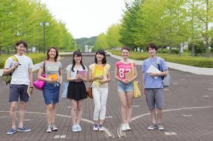 キャンパスで笑顔で並ぶ学生たちの写真素材 [FYI02972281]