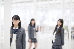 柱に手を付いている女子高校生の写真素材 [FYI02972290]