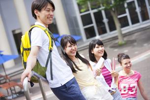 キャンパスで並んで笑う学生たちの写真素材 [FYI02972296]