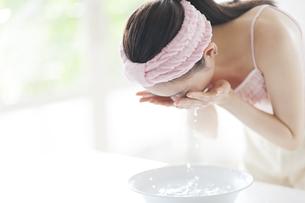洗顔をする女性の写真素材 [FYI02972298]