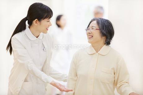 患者の歩行の手助けをする女性看護師の写真素材 [FYI02972302]