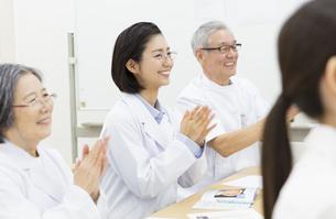 会議で拍手をする医師たちの写真素材 [FYI02972313]