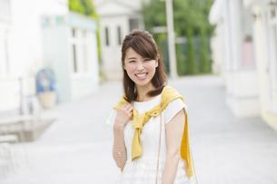 街中で微笑む女性のポートレートの写真素材 [FYI02972319]