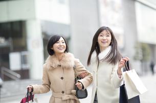 街で買物を楽しむ2人の女性の写真素材 [FYI02972324]