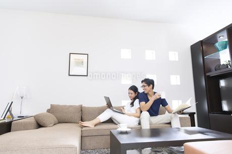 リビングでくつろぐ夫婦の写真素材 [FYI02972329]