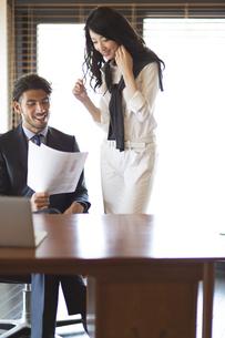 オフィスで打合せをするビジネス男性とビジネス女性の写真素材 [FYI02972331]
