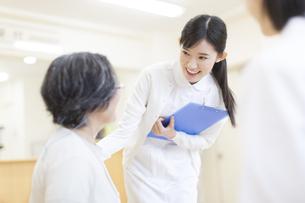 患者と話をする女性看護師の写真素材 [FYI02972332]