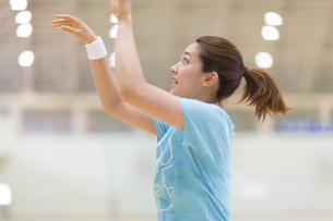 バスケットでシュートを放った若い女性の写真素材 [FYI02972345]