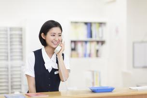 電話をする制服姿の女性の写真素材 [FYI02972346]