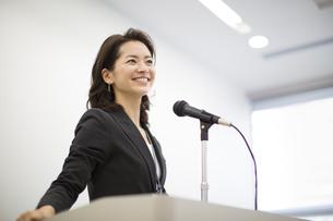 演台で話すビジネス女性の写真素材 [FYI02972358]