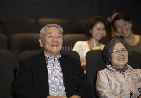 映画を観るシニア夫婦の写真素材 [FYI02972359]